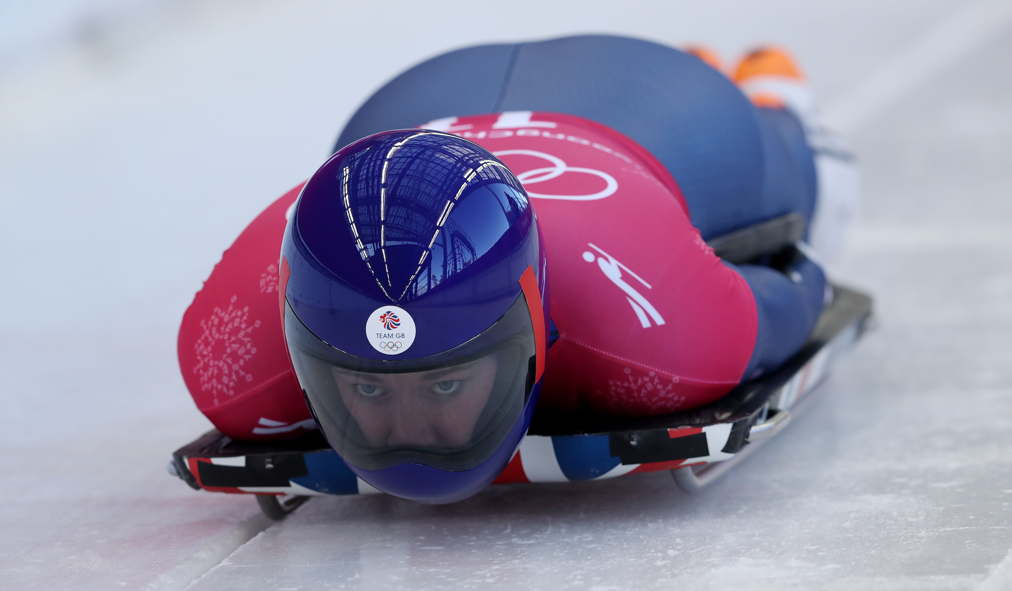 Lizzy Yarnold sets track record time to lead skeleton after first heat
