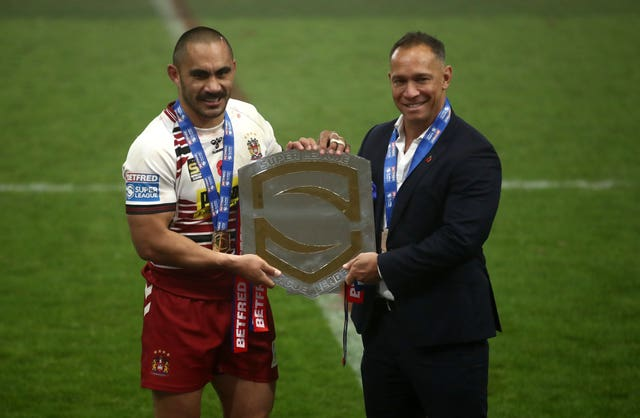 Wigan coach Adrian Lam (right) and Thomas Leuluai pose with the League Leaders Shield