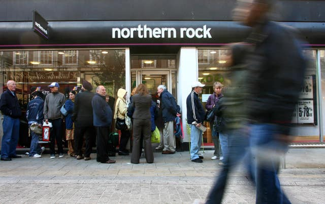Pciture of queues outside a Northern Rock branch