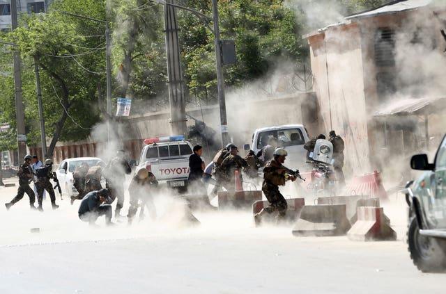 Le forze di sicurezza sul luogo dell'attacco suicida a Kabul dopo la seconda esplosione. Crediti: Massoud Hossaini/AP.