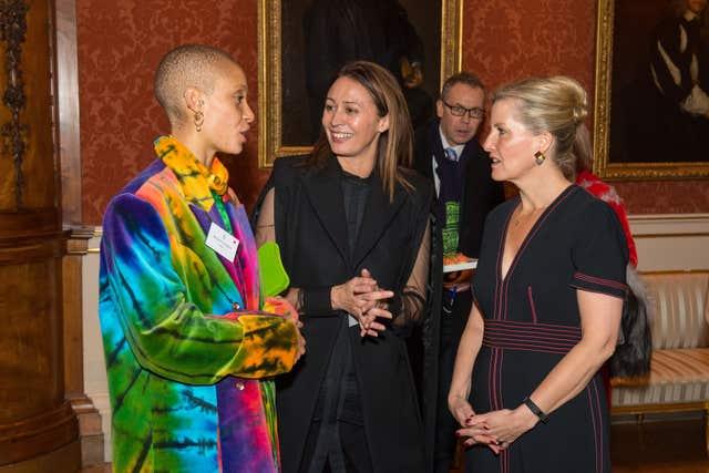 A Condessa de Wessex, certo, com o modelo Adwoah Aboah, à esquerda, e diretor executivo do British Fashion Council Caroline Rush, centro (Dominic Lipinski / PA)