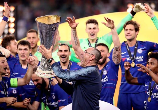 Maurizio Sarri lifts the Europa League trophy