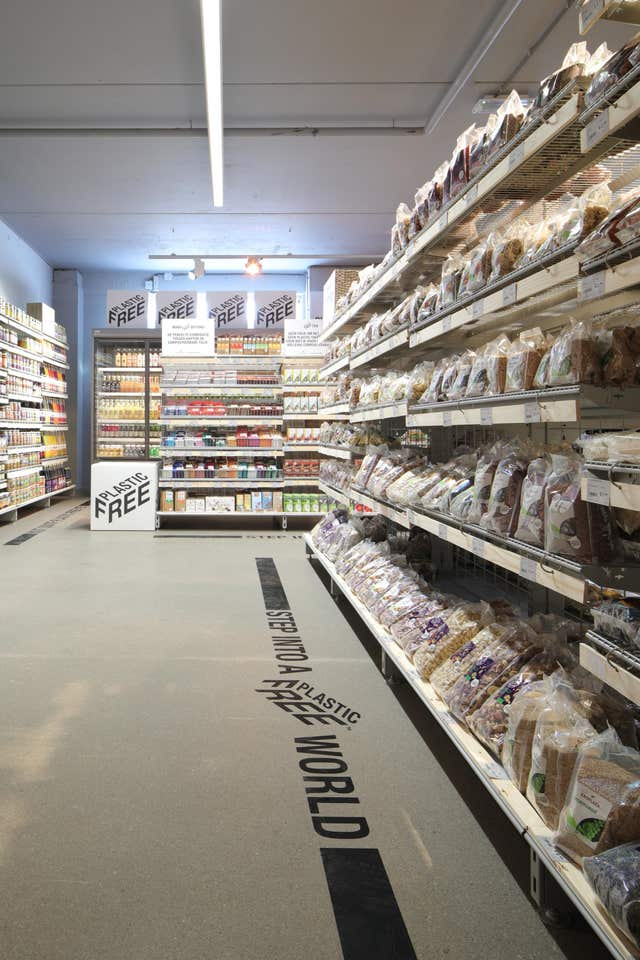 The world's first plastic-free supermarket aisle has been unveiled in Amsterdam (Ewout Huibers/PA)