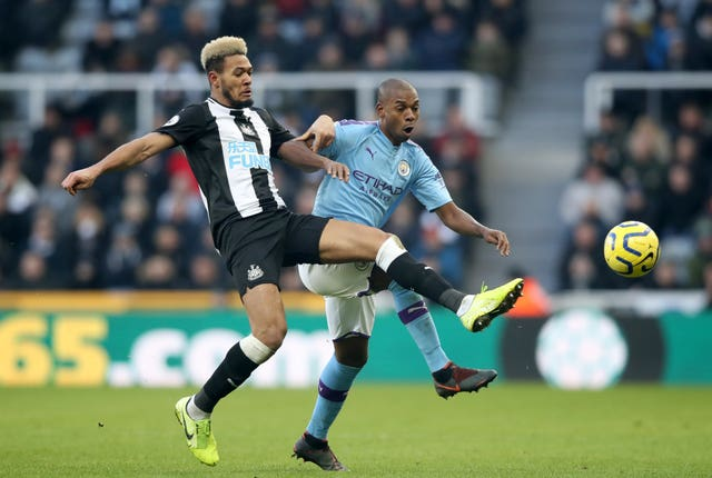 Pep Guardiola to stick with Fernandinho in Manchester City's defence