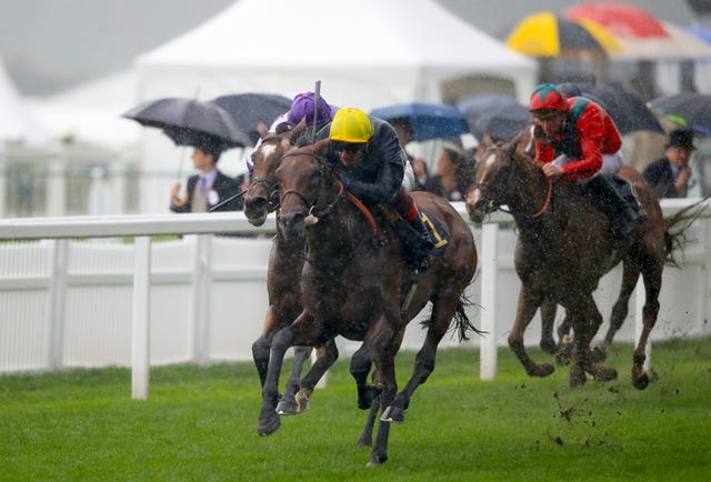 Crystal Ocean holds off Magical in the pouring rain