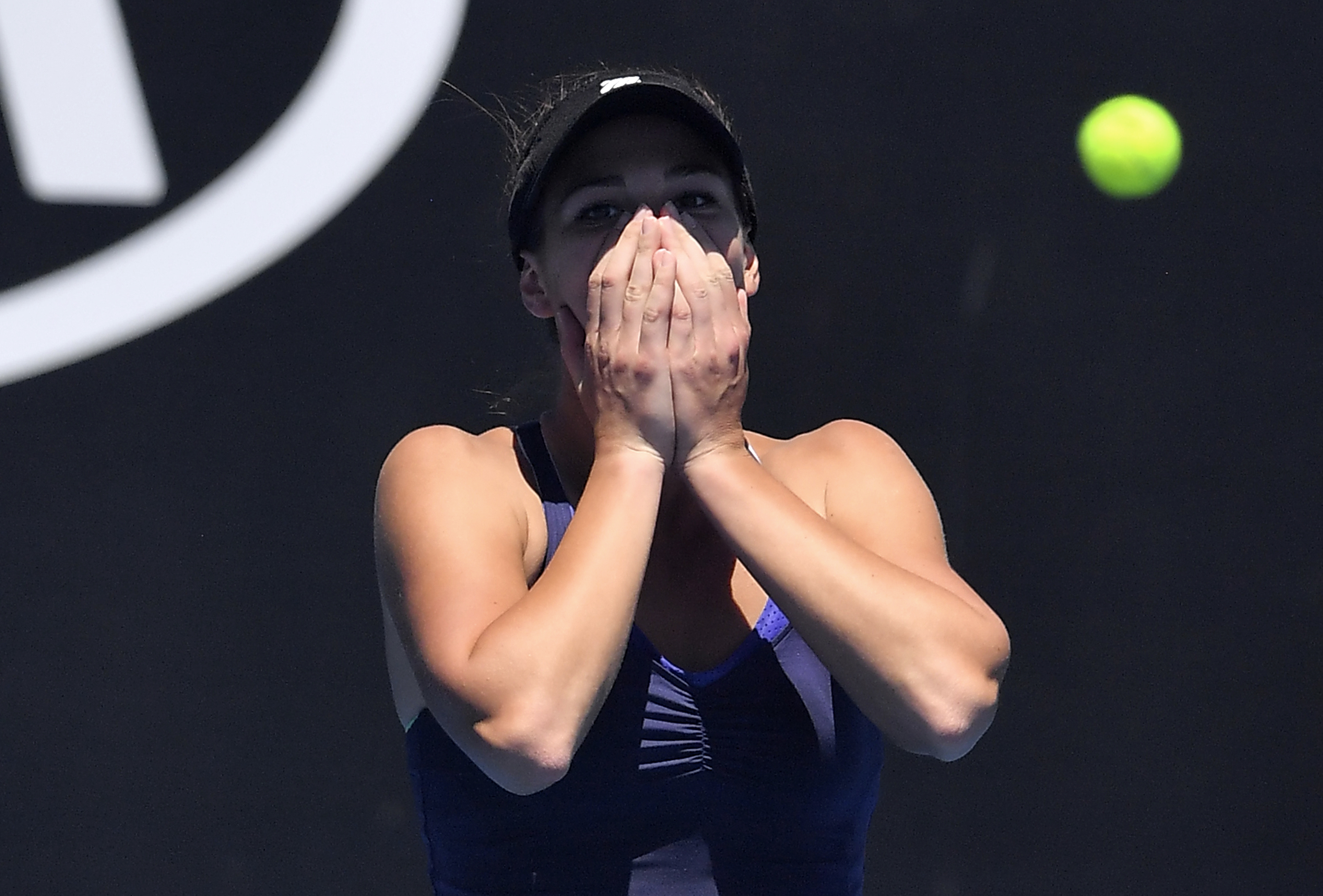 Sharapova into 3rd round at Australian Open