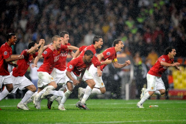Manchester United players celebrate after Chelsea's Nicolas Anelka misses his penalty