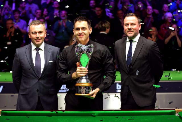 Ronnie O'Sullivan, centre, with the 2018 UK Championship trophy