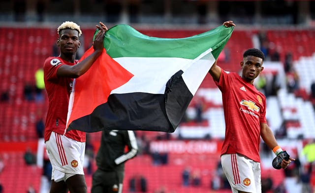 Manchester United 1 - 1 Fulham: Edinson Cavani welcomes fans back to Manchester United in style in Fulham draw