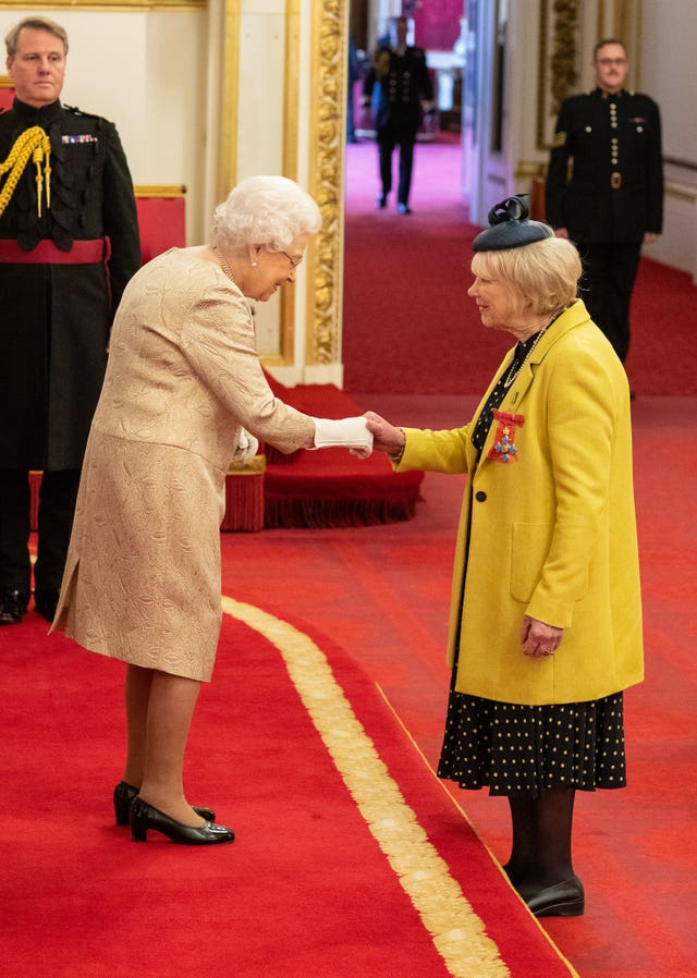The Queen presents Wendy Craig with a CBE