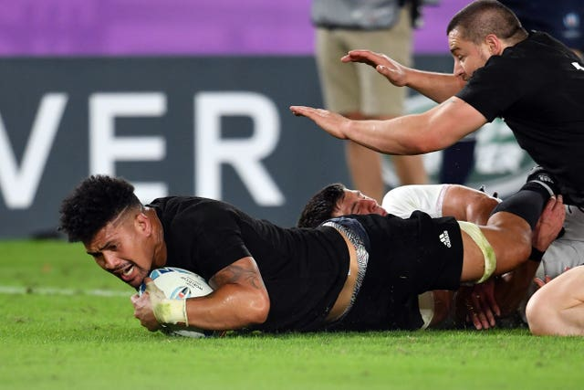 Ford added another penalty before Ardie Savea capitalised on a rare England mistake at the line-out to reduce the deficit to 13-7