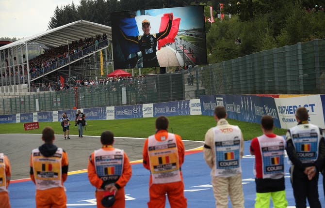 Drivers pay their respects to Anthoine Hubert before the race