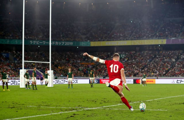 Dan Biggar kicks a penalty