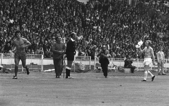 Kevin Keegan and Billy Bremner leave the field after being sent off