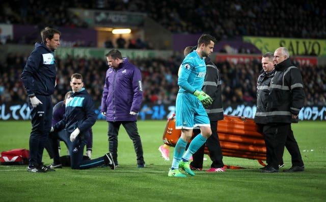 Lukasz Fabianski Mengalami Cedera Di Tengah Pertandingan Swansea vs Tottenham