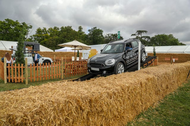 A Mini Countryman takes on a obstacle course