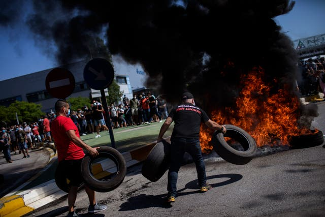 Nissan workers burn tyres (Emilio Morenatti/AP)