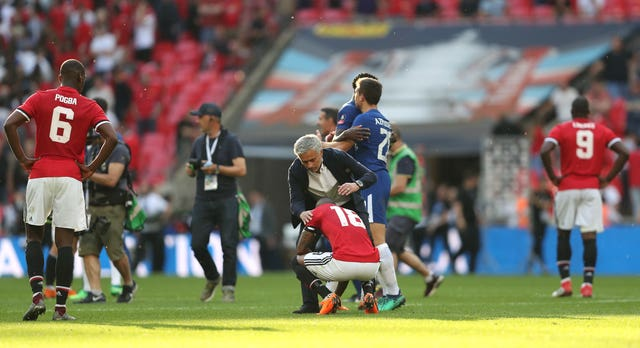 Mourinho consoles his players after losing the 2018 FA Cup final to Chelsea