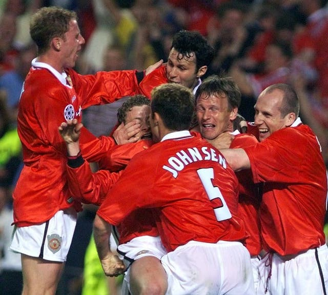 Manchester United's players mob match-winner Ole Gunnar Solskjaer