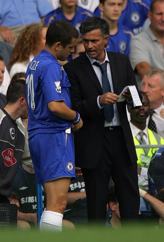 Jose Mourinho prepares to send on Joe Cole, left, against Sunderland in 2005