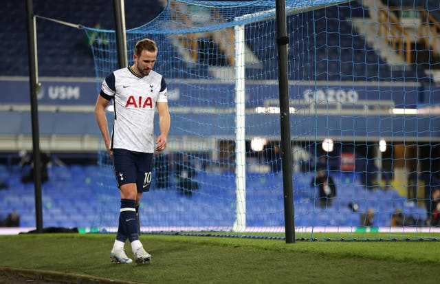 Harry Kane hobbles off
