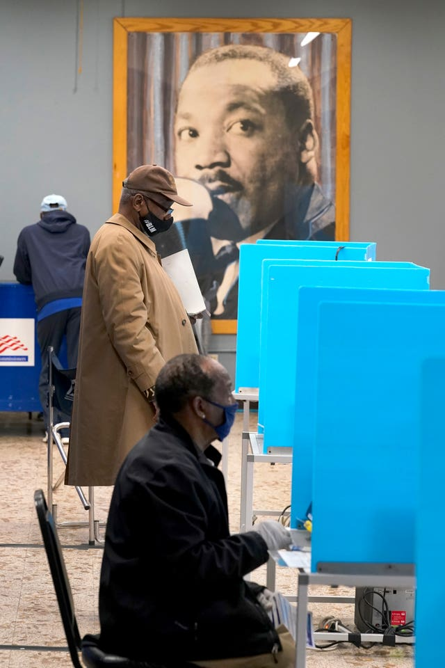 Chicago residents participate in early voting (Charles Rex Arbogast/AP)