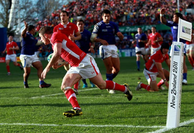 Shane Williams scores against Samoa at the 2011 World Cup