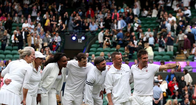 Kim Clijsters, John McEnroe, Martina Navratilova, Venus Williams, Jamie Murray, Goran Ivanisevic, Lleyton Hewitt and Pat Cash pose for a selfie