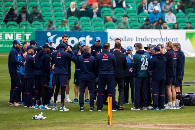 The England team huddle together as Dawid Malan, Ben Foakes and Jofra Archer are presented with their first England caps