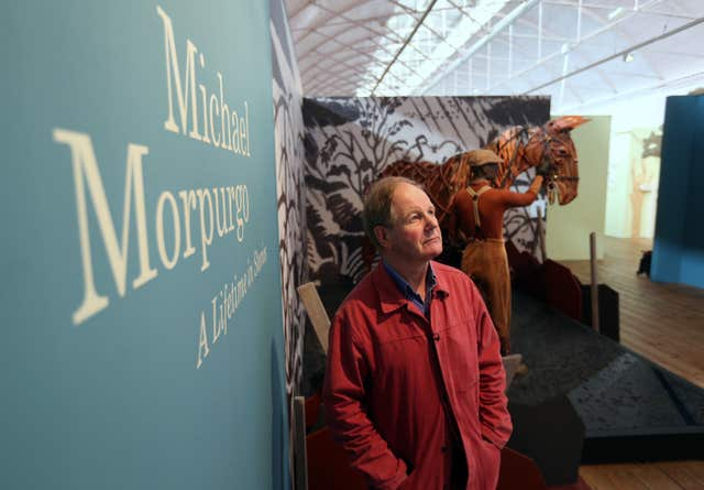 Michael Morpurgo offers his knighthood to War Horse Joey