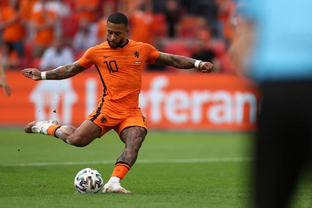 Memphis Depay scores from the spot