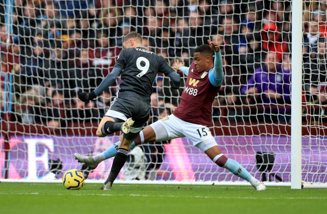 Jamie Vardy scored twice as Leicester set a club record of eight straight top-flight wins with a 4-1 victory at Aston Villa