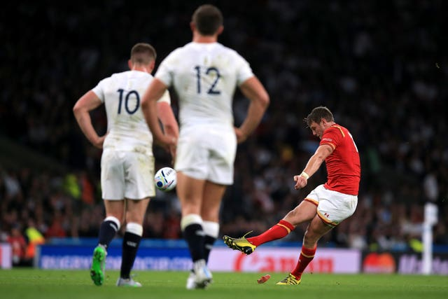 Dan Biggar kicks against England in the 2015 World Cup