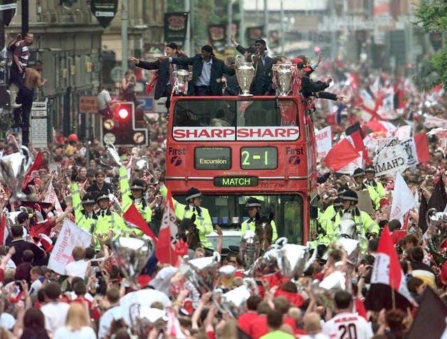 Soccer Man Utd bus/trophies3