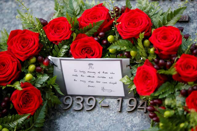 A handwritten note from Harry accompanied the wreath (Tolga Akmen/PA)