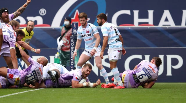 Luke Cowan-Dickie, centre, scores Exeter's first try