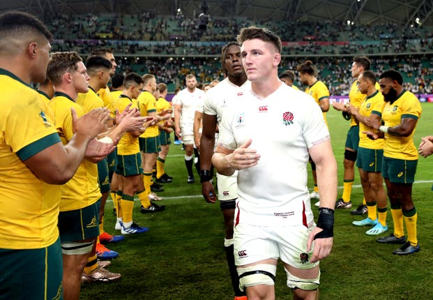 Tom Curry and England are applauded off the field by Australia