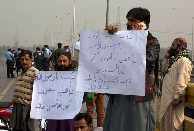 Supporters of a Pakistani religious group holding placards calling for Asia Bibi's execution