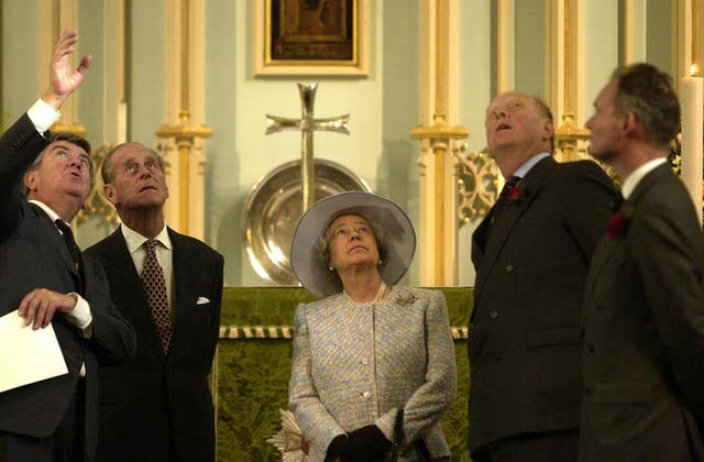 Queen inspects newly restored chapel ceiling