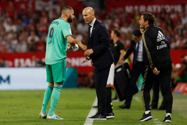 Zidane talks to Benzema after the Frenchman's goal
