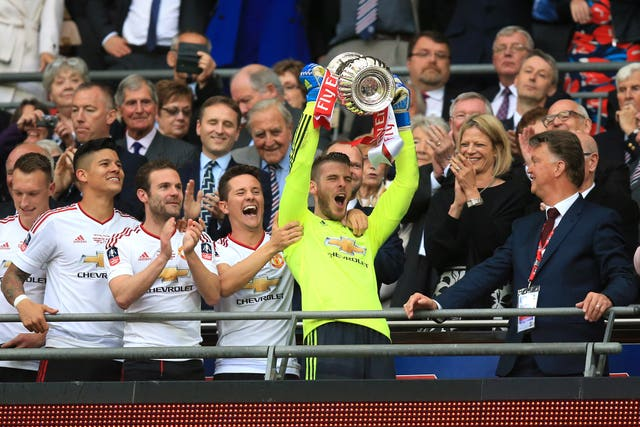David De Gea lifts the FA Cup trophy