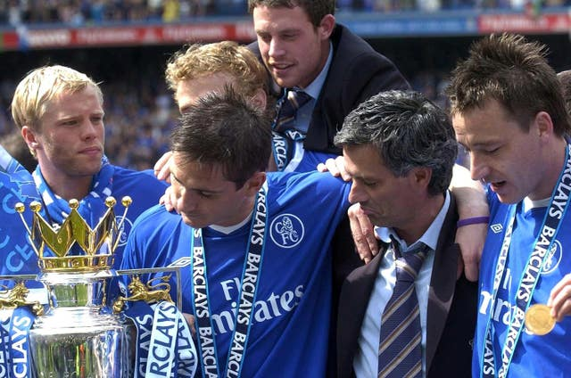 Lampard admires the trophy with Mourinho and his team-mates