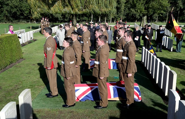 Burial of thirteen WWI soldiers