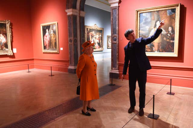The Queen views artwork with Dr Per Rumberg (Jeremy Selwyn/Evening Standard)