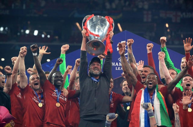Liverpool manager Jurgen Klopp lifts the trophy with his team