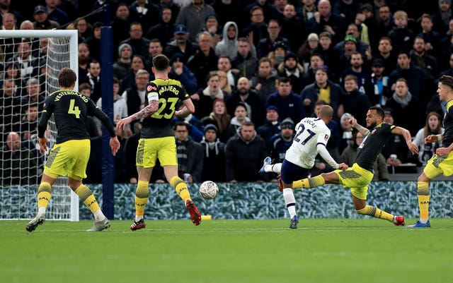 Lucas Moura slots home to make it 2-2